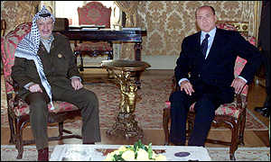 Yasser Arafat y Silvio Berlusconi