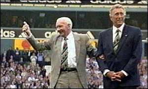 Bill Nicholson takes his bow with Martin Chivers