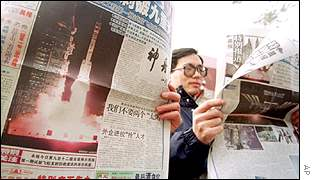 Chinese read newspapers