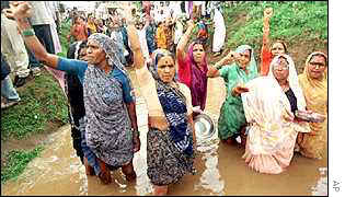 Demonstrators protest against Narmada Dam