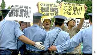 Japanese protesters opposing Mr Koizumi's visit to the shrine