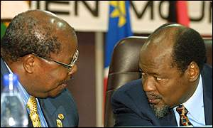 Presidents Benjamin Mkapa of Tanzania and Joaquim Chissano of Mozambique