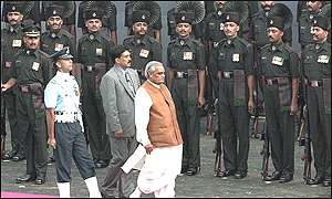 Vajpayee reviews the guard at the Red Fort
