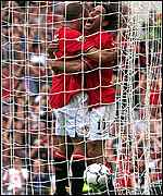 Van Nistelrooy and Silvestre celebrate