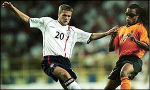 Michael Owen battles with Edgar Davids