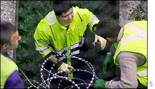 Eurotunnel staff set up more razor wire