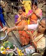 Shiva worshippers make offerings