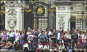 Tourists at Buckingham Palace