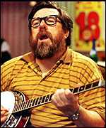 Ricky Tomlinson playing the banjo