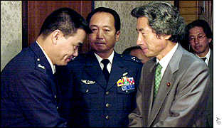 Junichiro Koizumi greets members of Japan's Air Self Defence Force
