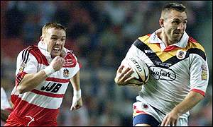 Scott Naylor of Bradford Bulls runs clear of Wigan's Kris Radlinski