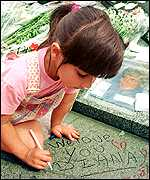 [ image: A young English visitor signs Paris's Diana monument]