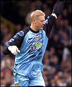 Peter Schmeichel celebrates his goal at Goodison Park