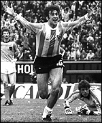 Mario Kempes scores in the final against Holland