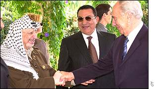 Yasser Arafat (left), Hosni Mubarak (centre) and Shimon Peres