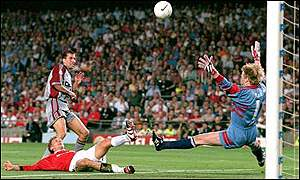 Jesper Blomqvist goes close for Manchester United in the 1999 Champions League final victory over Bayern Munich
