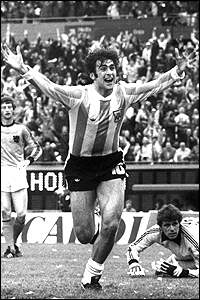 Mario Kempes celebrates scoring for Argentina in the final