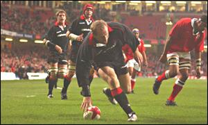 Gareth Thomas scores the first Welsh try against Tonga