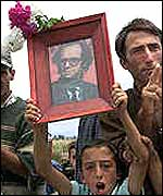 A crowd cheers Rugova's return to Kosovo in 1999