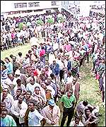 Kenyan queue to vote at the last election