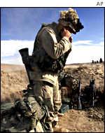 Морской пехотинец США во время обстрела позиций талибов на юге Афганистана