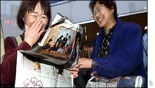 Japanese women read about the royal birth