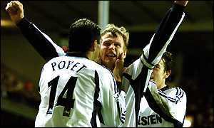 Teddy Sheringham celebrates his winning goal with Gus Poyet