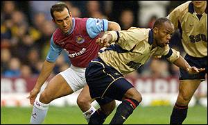 Paolo di Canio and Sylvain Wiltord tangle
