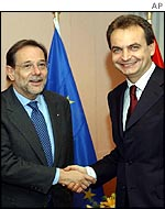 Jose Luis Rodriguez Zapatero (R) with fellow Spaniard Javier Solana, the EU's top foreign envoy