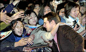 Tom Cruise greets fans at the Taipei premiere of Vanilla Sky