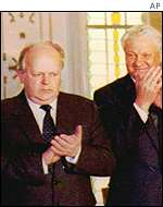 Stanislav Shushkevich (left) and Boris Yeltsin