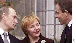 Vladimir Putin and his wife Lyudmila listen to Tony Blair outside Chequers