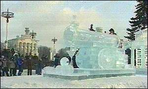 Vyugovey-2002 ice and snow festival: replica of Tsar Cannon in Kremlin