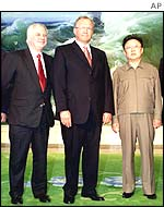 EU External Relations Commissioner Chris Patten (l), Swedish Prime Minister Goeran Persson and North Korean President Kim Jong Il (r)