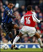 Paul Ince tackles Giovanni van Bronckhorst