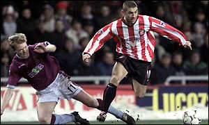 Kevin Phillips evades the tackle of Aston Villa's Steve Staunton