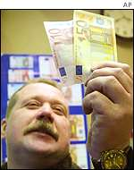 German man examines the new notes