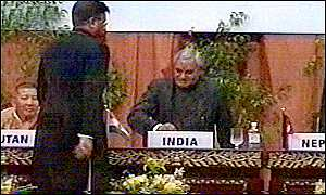 Pakistani President Musharraf offers Inidan Prime Minister Vajpayee his hand