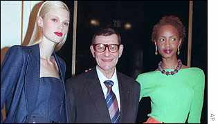 Flanked by two models from his 1998 collection