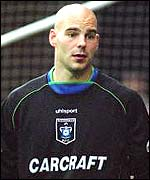Marcus Hahnemann in action for Rochdale, where he is on loan from Reading
