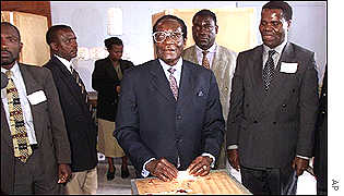 Mugabe voting in parliamentary elections in 2000