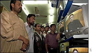 Pakistanis watch Musharraf's address to the nation