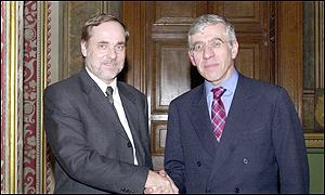 Norwegian FM Jan Petersen (left) with his British counterpart Jack Straw at the talks in London