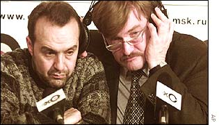 TV-6 director Yevgeny Kiselyov (r), with TV-6 satirist Viktor Shenderovich talking on Echo Radio