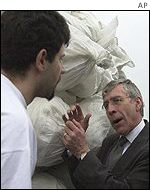 UK Foreign Secretary Jack Straw with aid workers on Rwandan side of the border