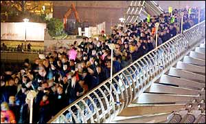 Walkers on Millennium Bridge