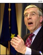 British Foreign Secretary Jack Straw gives a press conference after the EU general affairs council meeting in Brussels, 28 January 2002. EU foreign ministers on Monday threatened the Zimbabwe governme