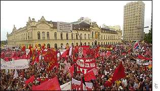 A sea of marchers inaugurate the forum in Porto Alegre