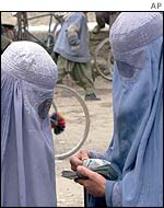 Kabul women changing money