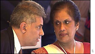 Prime Minister Ranil Wickramasinghe (left) and Executive President Chandrika Kumaratunga